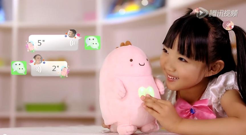 小女孩从她父母那里收到一个关于她的周一玩具的信息,就像玩具的心脏发光一样
