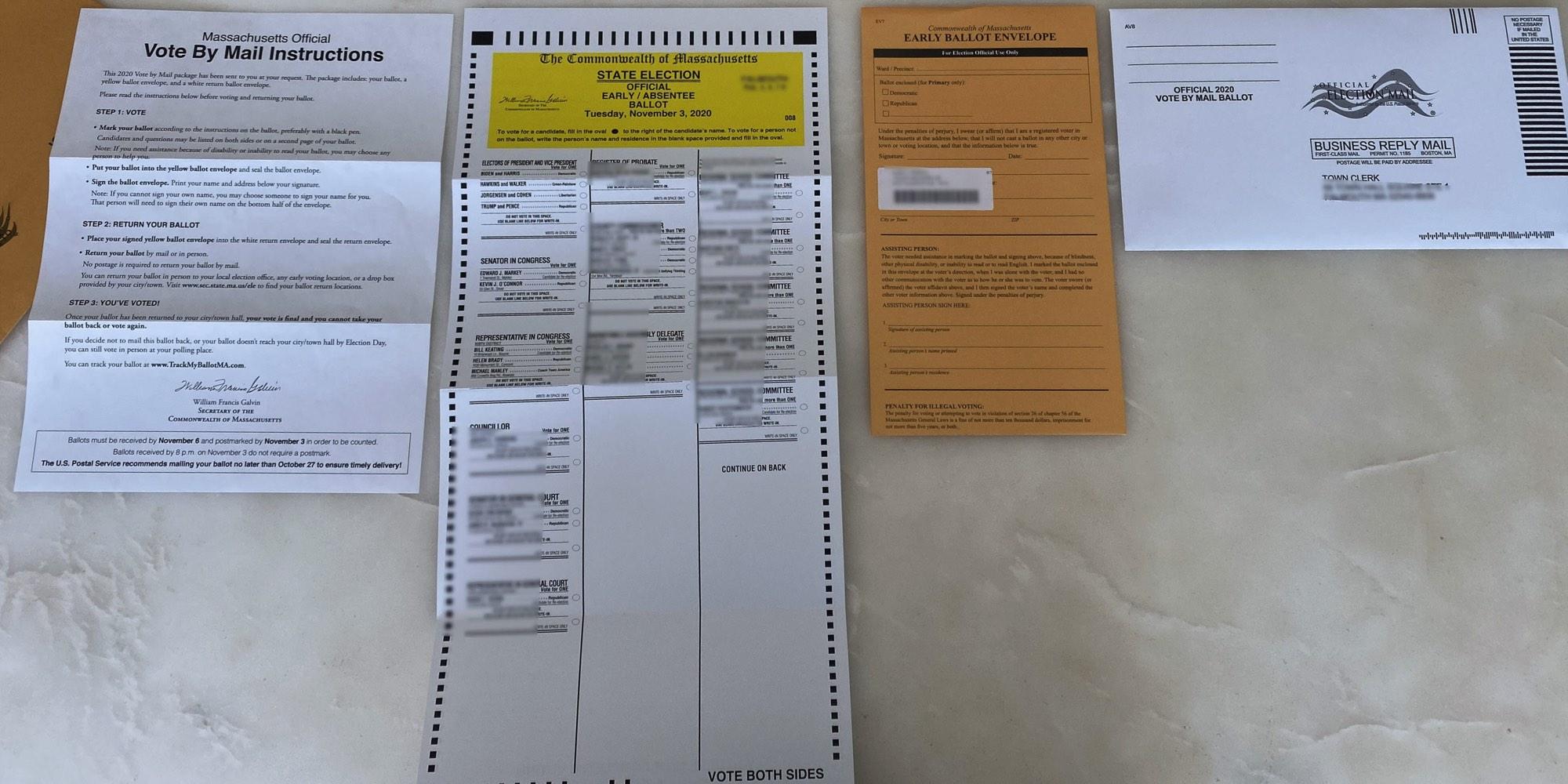 """""""邮寄投票须知""""页,一张写有候选人的长条选票表,一个马尼拉文件夹,上面有地址标签和签名,一个白色信封上写着""""致市政厅"""""""