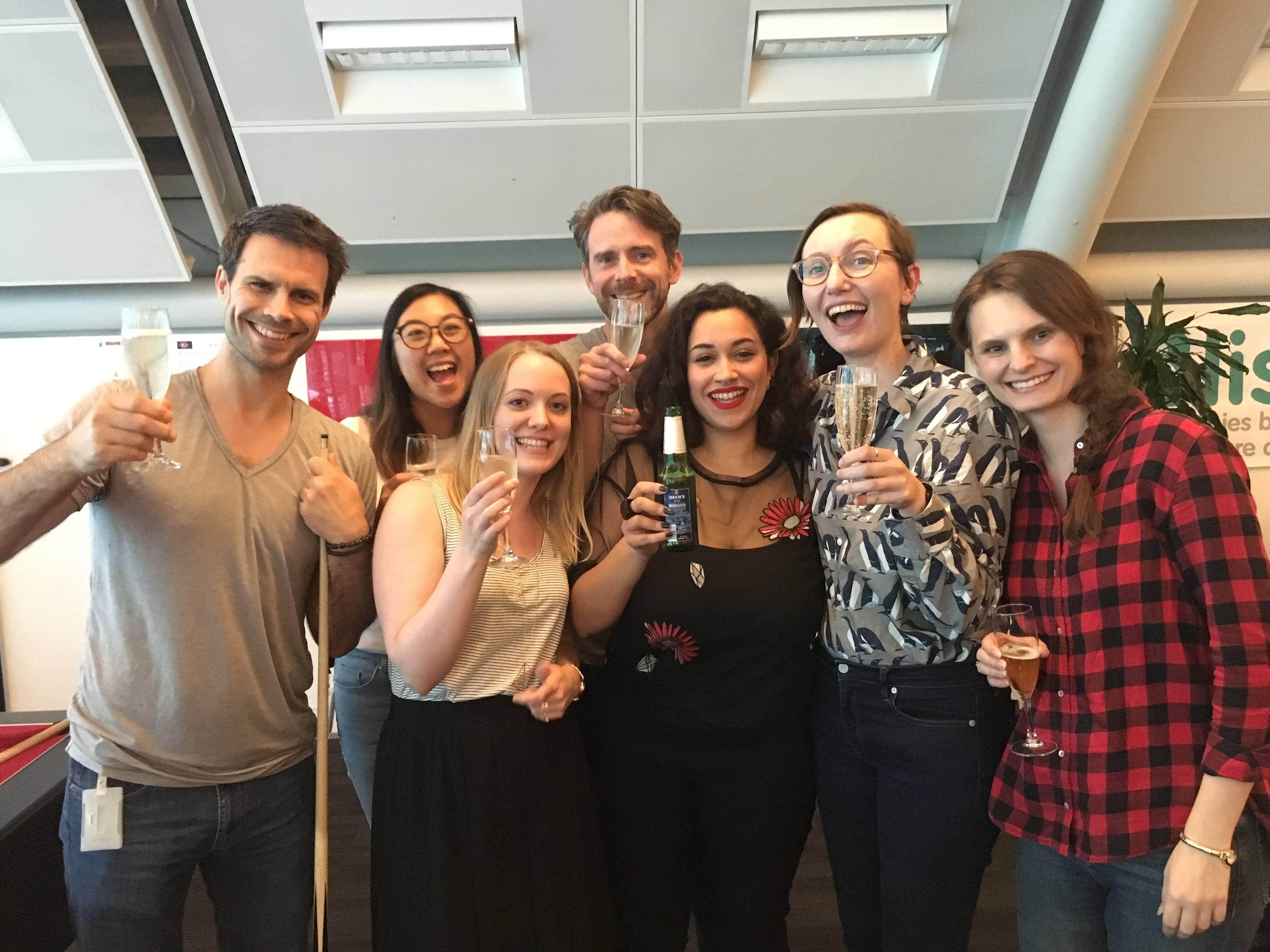 Trustnet的设计团队举起酒杯,微笑着庆祝他们的获奖。