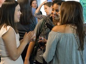 李安琪在一个快乐的时刻和两个女人聊天